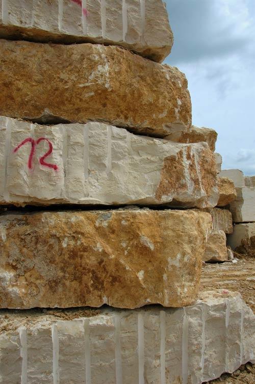 steine-gestapelt-steinbruch